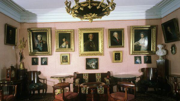 Большая гостиная в усадьбе Мураново, в которой располагается Литературно-мемориальный музей Е.А. Баратынского и Ф.И.Тютчева