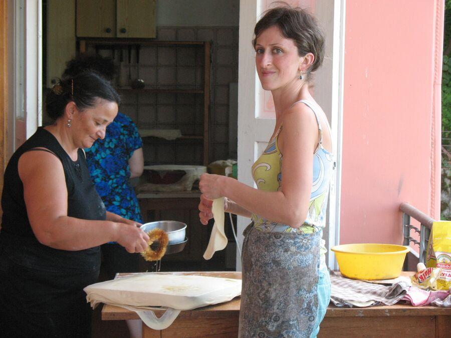 Грузинские женщины укладывают баклаву