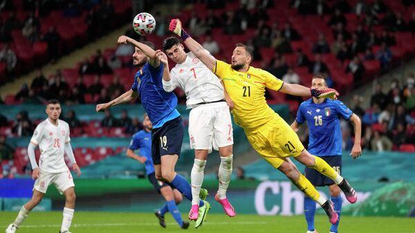 Вратарь сборной Италии Джанлуиджи Доннарумма, нападающий сборной Испании Альваро Мората и защитник сборной Италии Леонардо Бонуччи (справа налево)