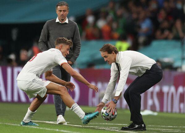 Полузащитник сборной Испании Маркос Льоренте и главный тренер сборной Италии Роберто Манчини (слева направо на первом плане)