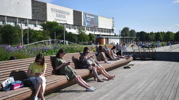 Отдыхающие в парке Музеон на Крымской набережной в Москве