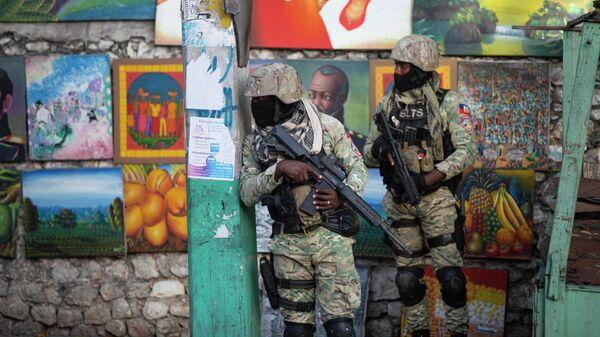 Солдаты патрулируют район Петион Вилль после нападения на резиденцию главы Гаити Жовенеля Моиза