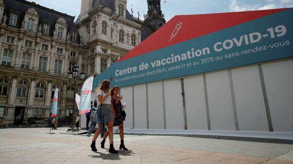 Пункт вакцинации против коронавируса (COVID-19) перед зданием мэрии Парижа