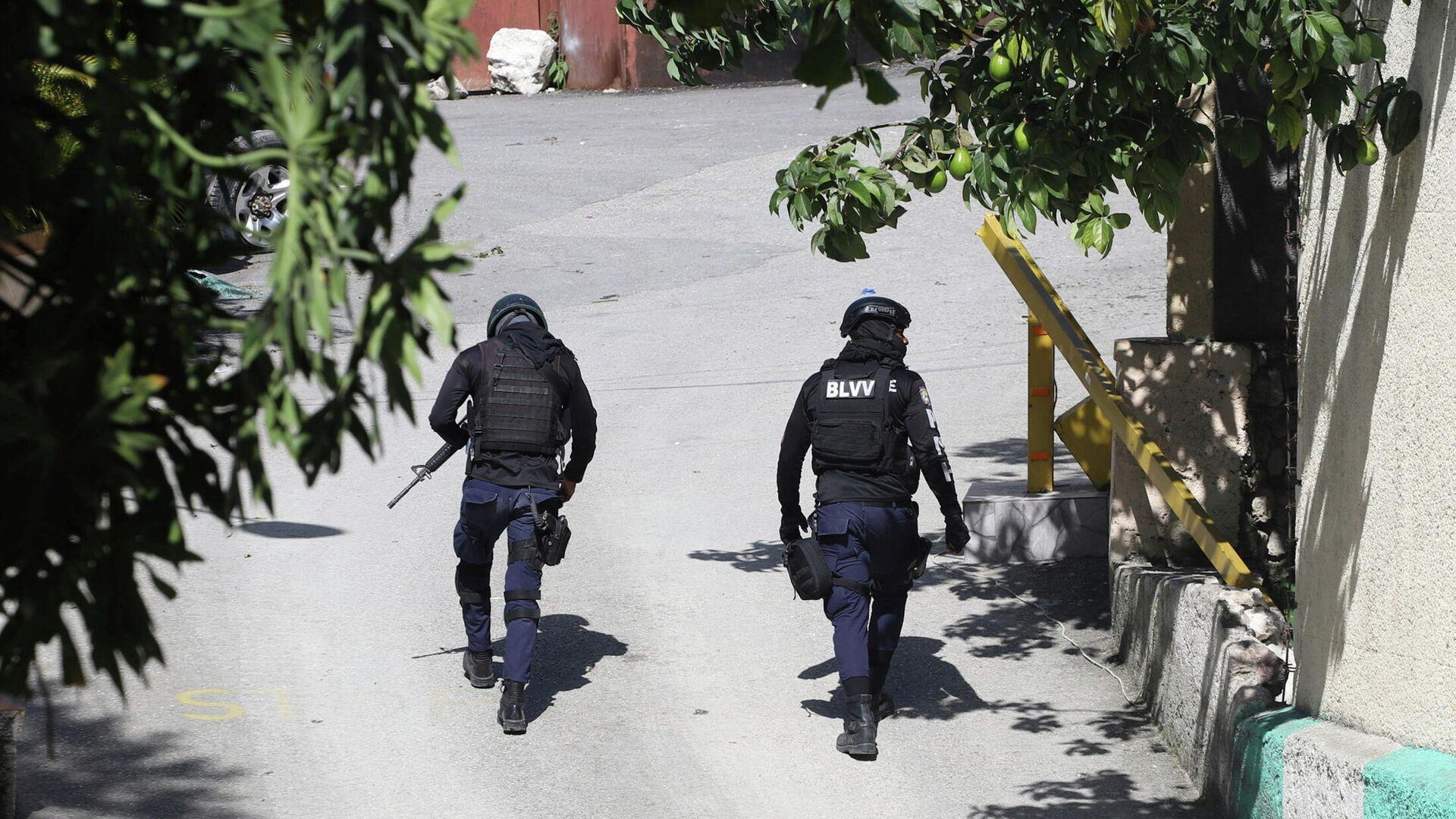 Полицейские у резиденции президента Гаити Жовенеля Моиза в Порт-о-Пренсе - РИА Новости, 1920, 09.07.2021