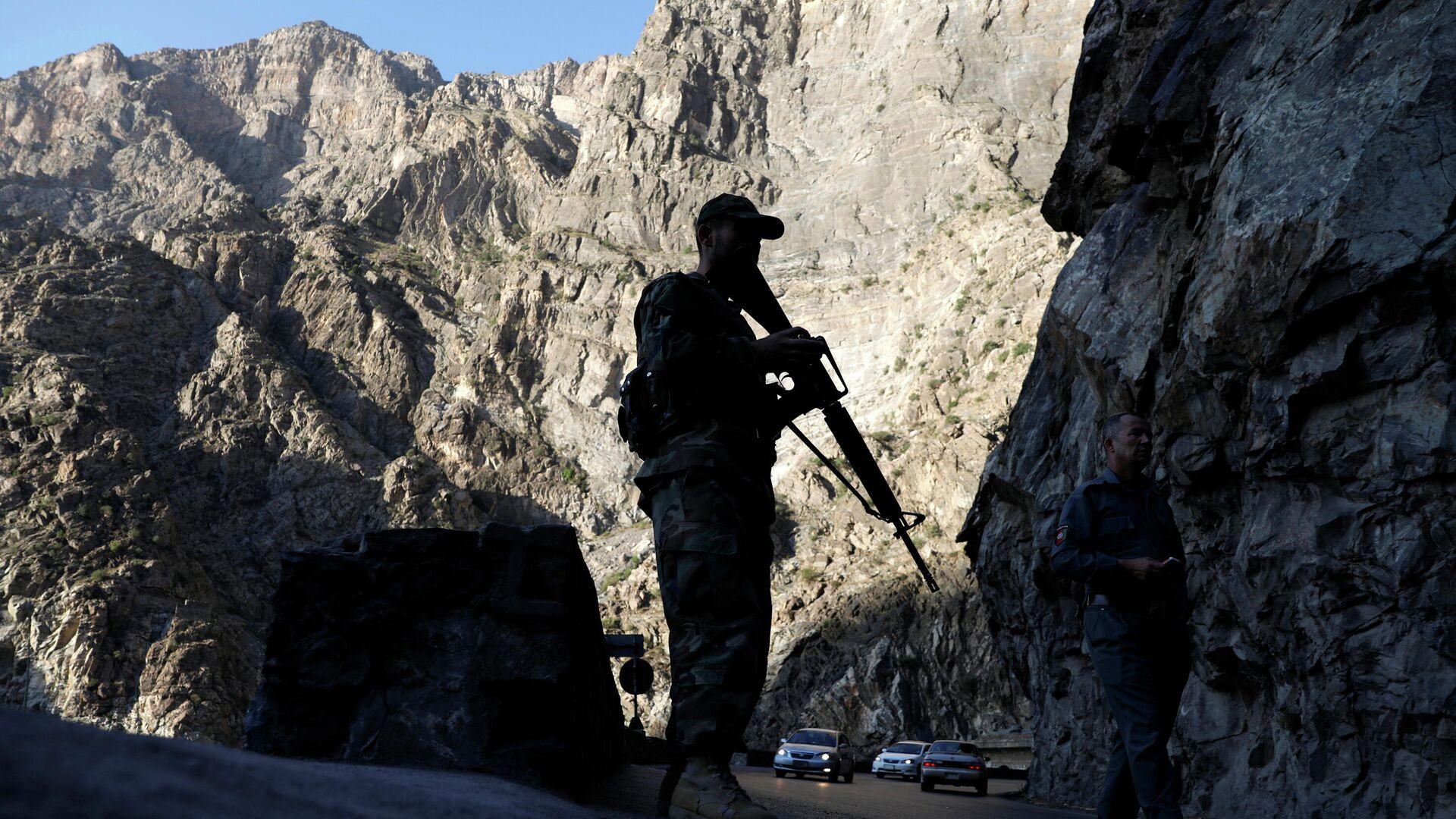 Афганский военный на блокпосту в Махипаре на шоссе Джелалабад-Кабул - РИА Новости, 1920, 29.07.2021