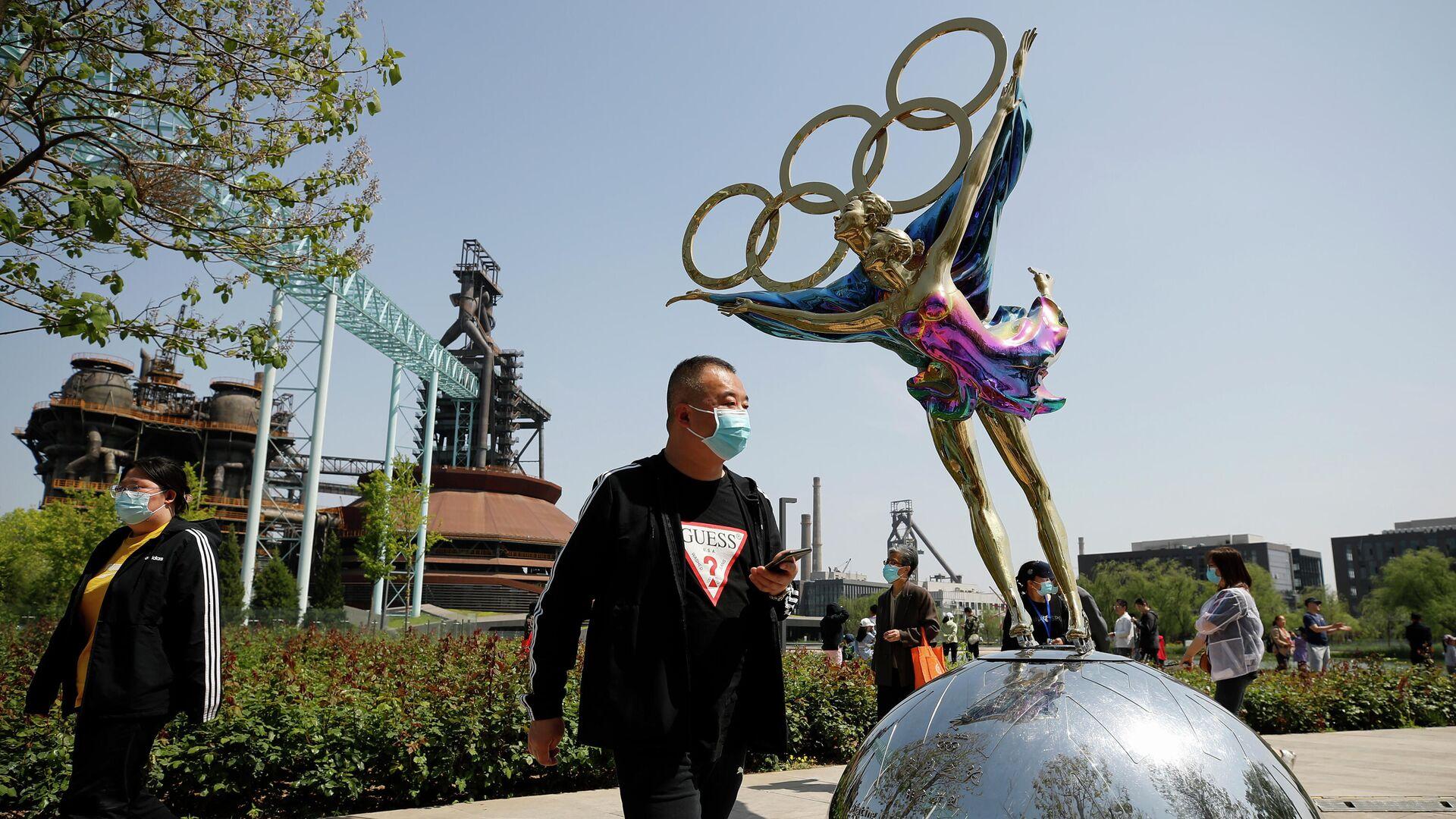Посетители в защитных масках в парке Шуганг в Пекине - РИА Новости, 1920, 17.07.2021
