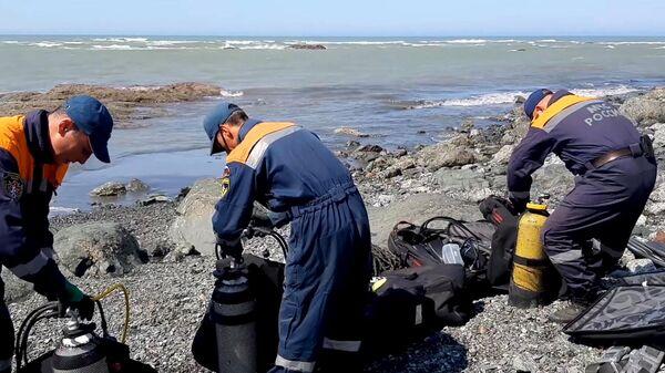 Сотрудники МЧС РФ во время поисковых работ на месте крушения пассажирского самолёта АН-26 на Камчатке