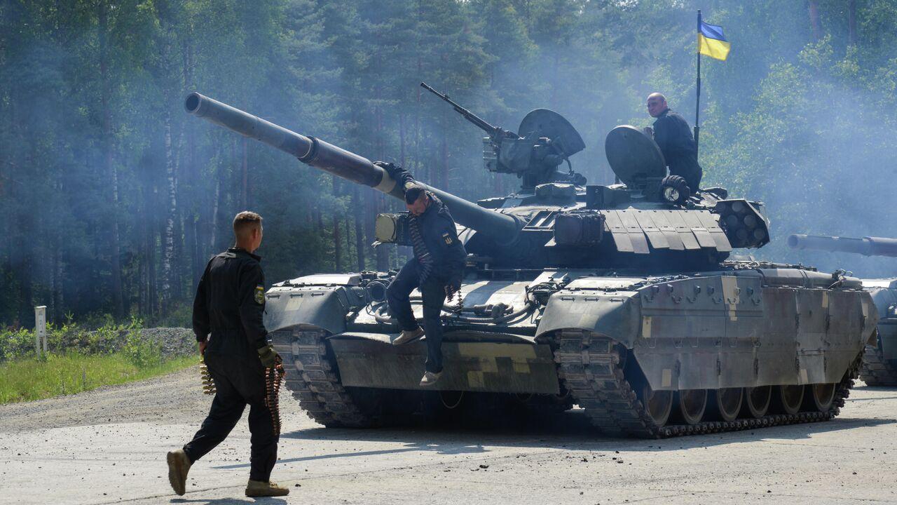 """На Украине танк """"обстрелял"""" частный дом во время учений"""