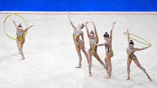 Спортсменки сборной России выполняют упражнение с лентами в финале групповых соревнований этапа мировой серии Кубка вызова по художественной гимнастике World Challenge Cup Moscow.