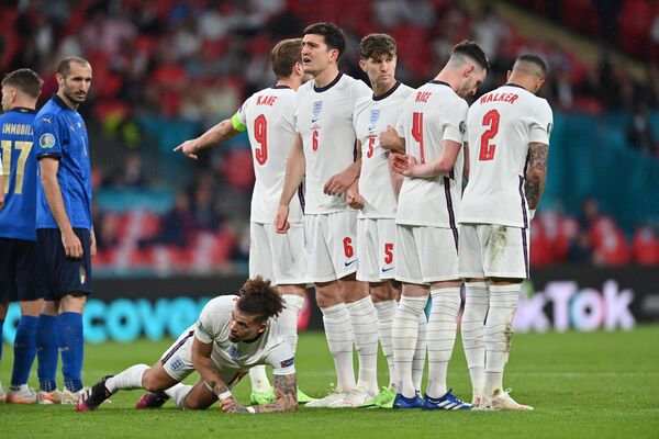 Футболисты сборной Англии и защитник сборной Италии Джорджо Кьеллини