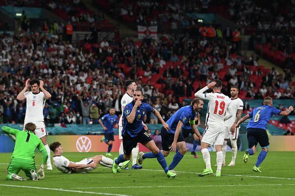 Защитник сборной Италии Леонардо Бонуччи (в центре)