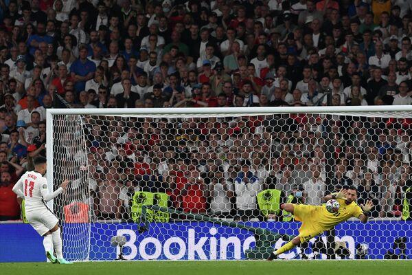 Вратарь сборной Италии Джанлуиджи Доннарумма и нападающий сборной Англии Джейдон Санчо