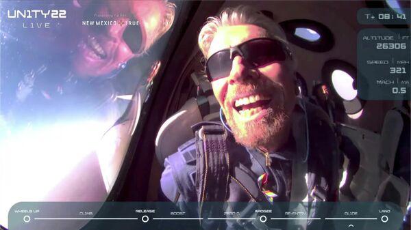 Ричард Брэнсон на борту космического корабля компании Virgin Galactic