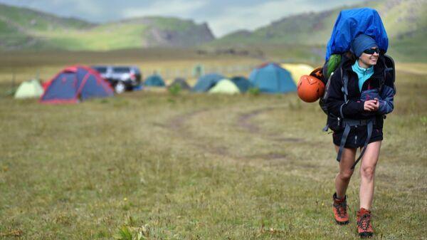 Девушка во время туристического похода в Кабардино-Балкарии