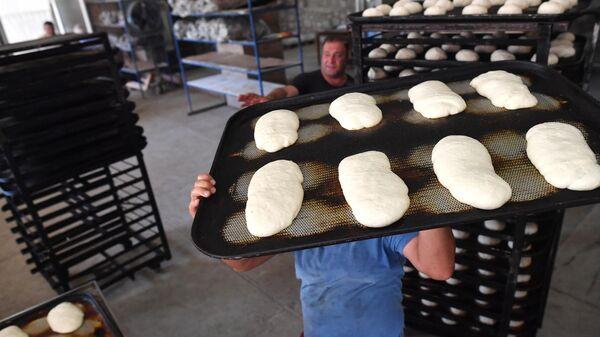 Производство хлеба в одной из пекарен в городе Шуша