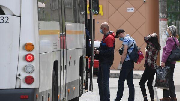 Пассажиры садятся в автобус