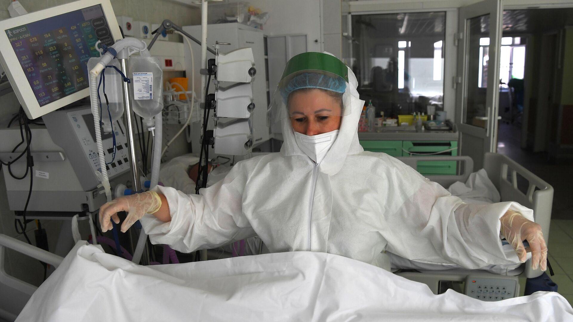 Медицинский работник в отделении реанимации и интенсивной терапии в госпитале COVID-19 в городской клинической больнице № 52 в Москве - РИА Новости, 1920, 26.07.2021