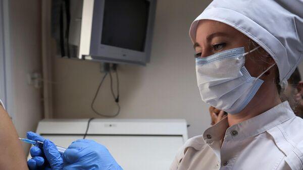 Медицинский сотрудник делает укол пациенту в рамках программы реабилитации после Covid-19 в санатории Пятигорский нарзан в Пятигорске