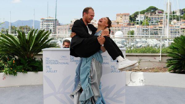Сейди Хаарла и Юрий Борисов на фотоколле фильма Купе номер шесть на Каннском кинофестивале