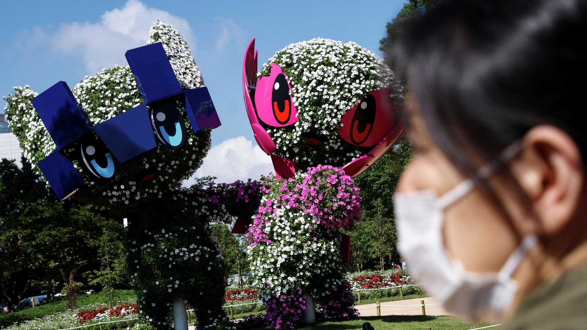A woman stands in front of the Tokyo 2020 Olympic and Paralympic mascots Miraitowa and Someity as the coronavirus disease (COVID-19) pandemic continues in Tokyo, Japan, July 17, 2021.  REUTERS/Thomas Peter     TPX IMAGES OF THE DAY - РИА Новости, 1920, 17.07.2021