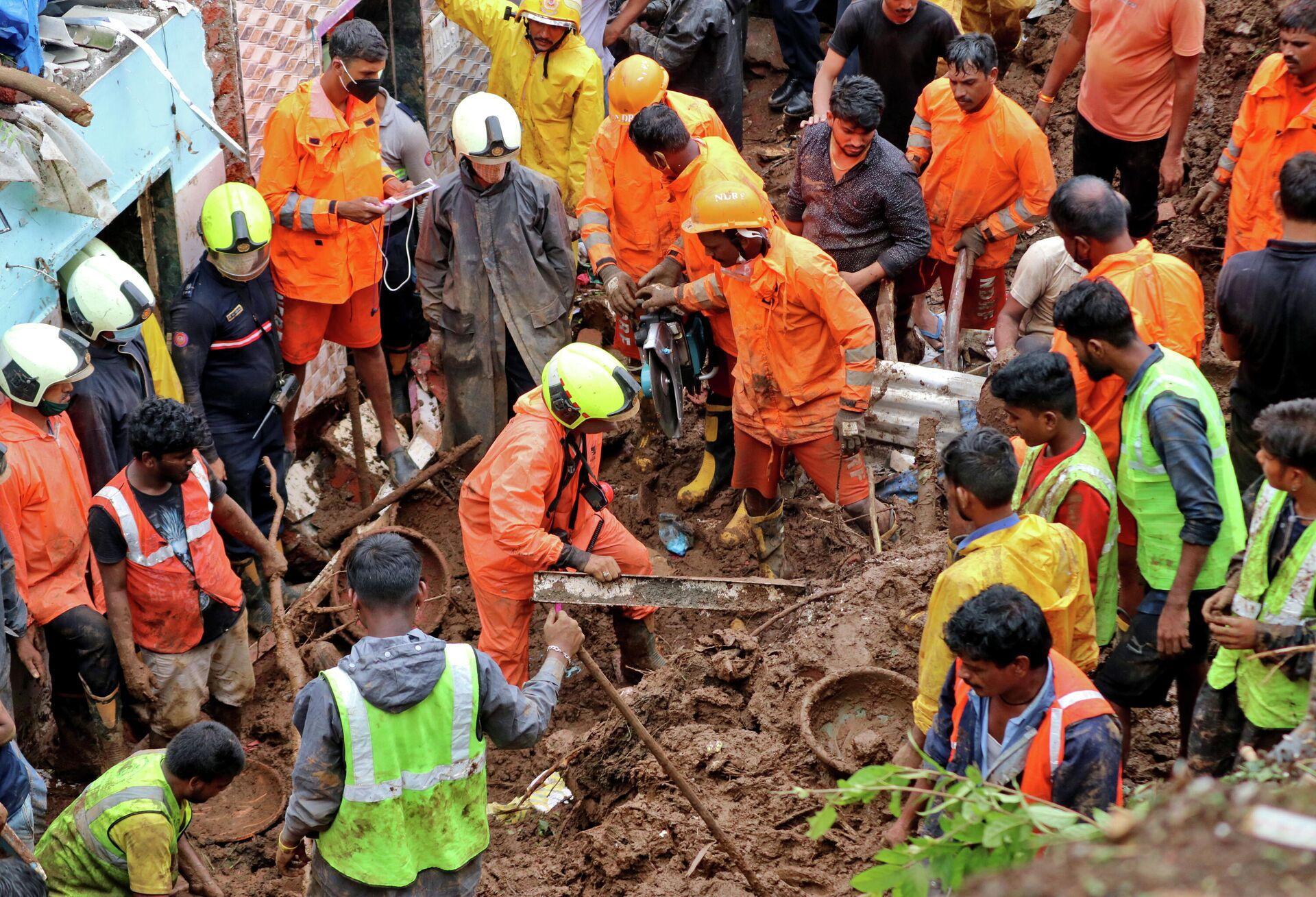 Спасатели на месте схода оползня в Мумбаи, Индия - РИА Новости, 1920, 18.07.2021