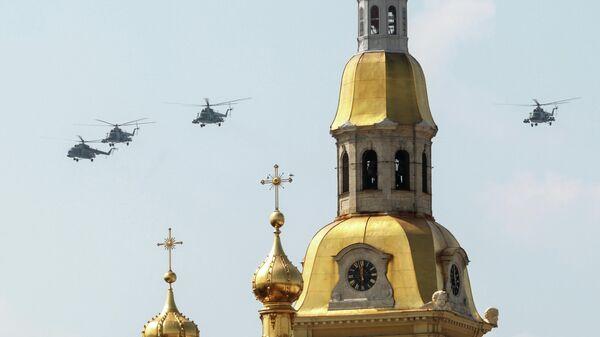Вертолеты Ми-8 на репетиции воздушной части парада в честь Дня ВМФ в Санкт-Петербурге