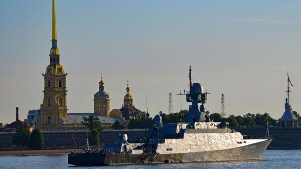 Малый ракетный корабль Град Свияжск на репетиции прохождения кораблей ко Дню ВМФ в Cанкт-Петербурге.
