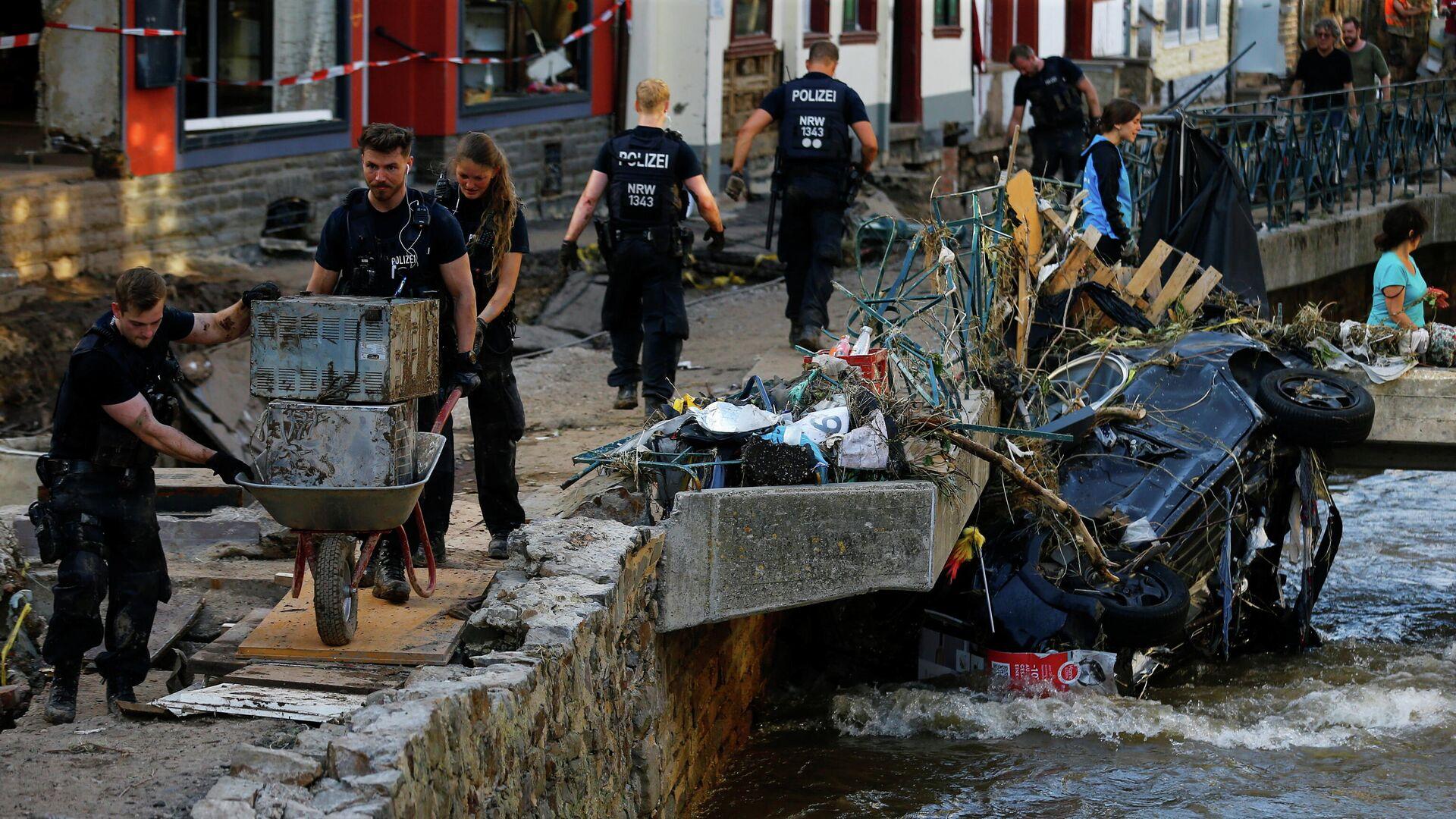 Полицейские и волонтеры убирают завалы в районе, пострадавшем от наводнения в Бад-Мюнстерайфеле, Германия - РИА Новости, 1920, 19.07.2021