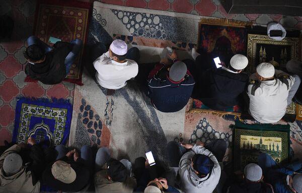Мусульмане во время праздника Курбан-Байрам в Соборной мечети Новосибирска