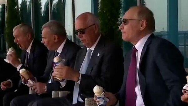 Владимир Путин ест пломбир на МАКС-2021
