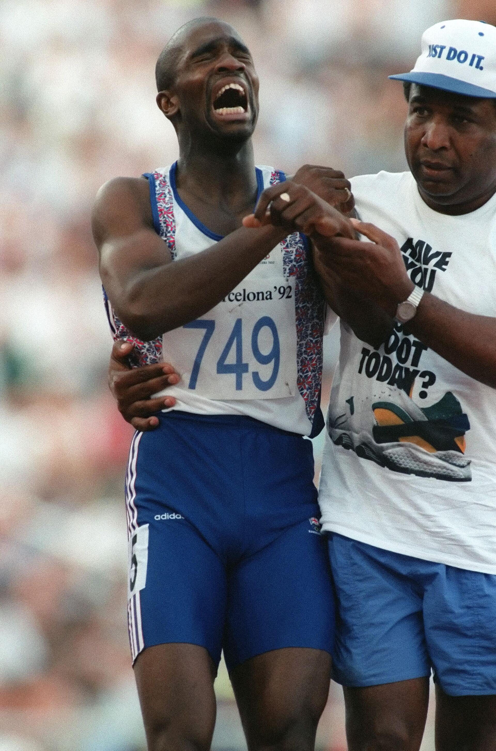 Британский спринтер Дерек Редмонд с отцом на Олимпийских играх 1992 года в Барселоне - РИА Новости, 1920, 21.07.2021