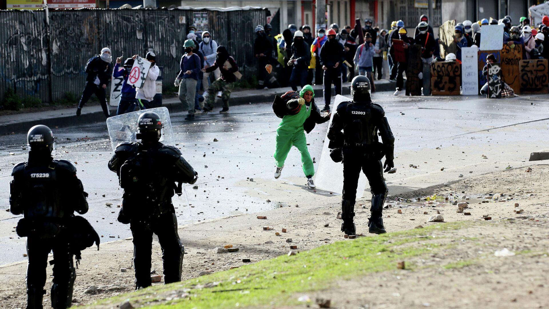Столкновения протестующих с полицией в Боготе, Колумбия - РИА Новости, 1920, 01.08.2021