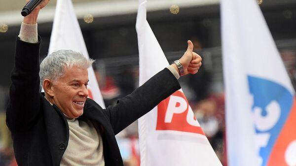 Певец Олег Газманов выступает на митинге в поддержку кандидата в президенты России Владимира Путина За сильную Россию! на стадионе Лужники.