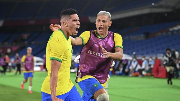 Игроки сборной Бразилии Паулиньо (слева) и Ришарлисон