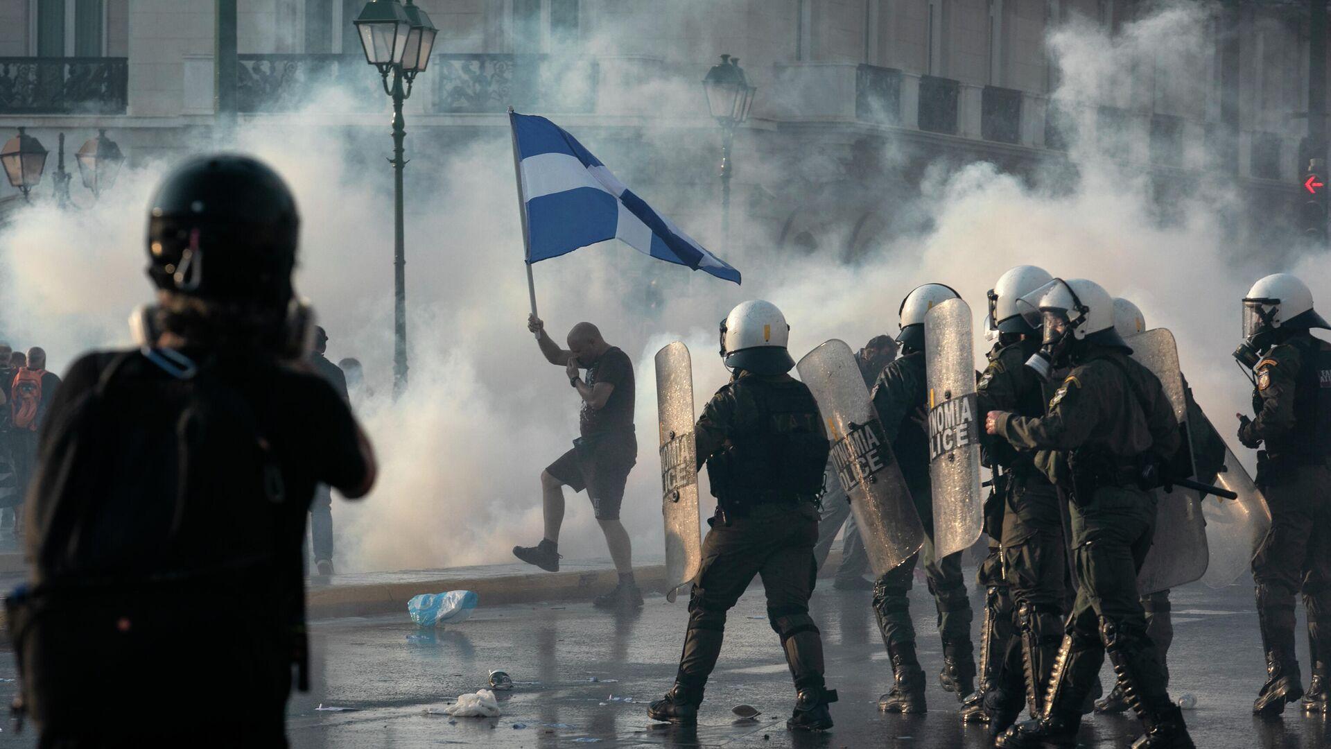 На митинге против принудительной вакцинации в Афинах применили газ