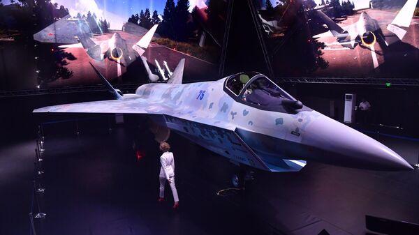 Прототип нового легкого многоцелевого однодвигательного истребителя пятого поколения в павильоне Chekmate на выставке МАКС-2021