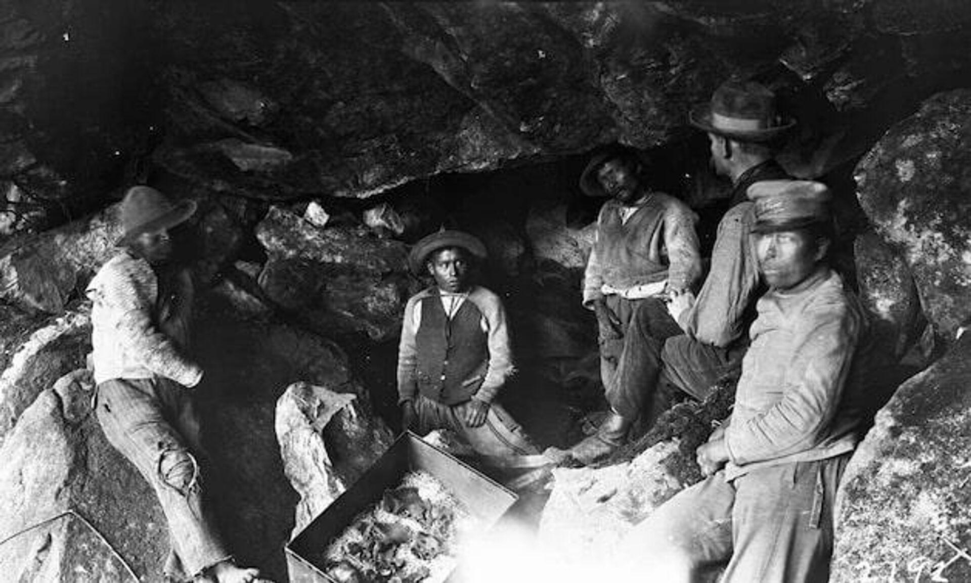 Команда исследователей и скелетированные останки древних жителе Мачу-Пикчу - ПРОФИ Новости, 1920, 23.07.2021