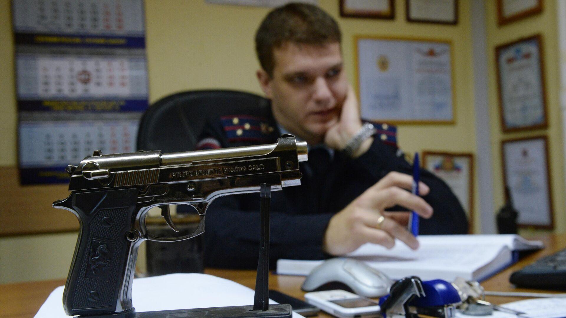 Сувенир на рабочем столе старшего лейтенанта полиции Анатолия Арабкина в Москве - РИА Новости, 1920, 24.07.2021