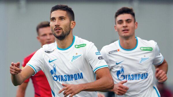 Футболист Зенита Алексей Сутормин (на переднем плане)
