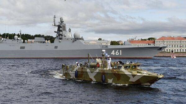 Фрегат Адмирал флота Касатонов проекта 22350 в Неве перед началом Главного военно-морского парада в честь Дня ВМФ в Санкт-Петербурге