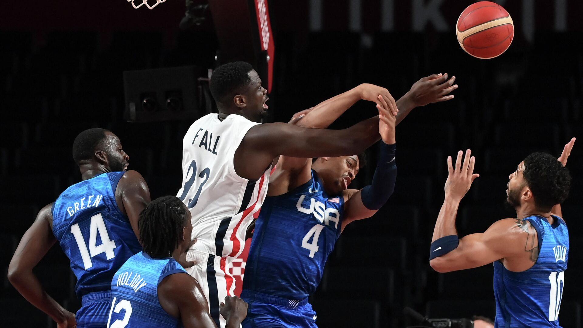 France's Moustapha Fall (3L) fights for the ball with USA's Keldon Johnson (2R) during the men's preliminary round group A basketball match between France and USA during the Tokyo 2020 Olympic Games at the Saitama Super Arena in Saitama on July 25, 2021. (Photo by Aris MESSINIS / AFP) - РИА Новости, 1920, 25.07.2021
