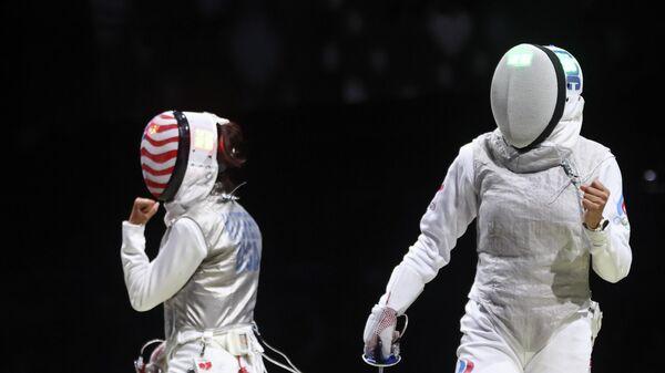 Российская рапиристка Аделина Загитуллина (справа) на Олимпийских играх в Токио