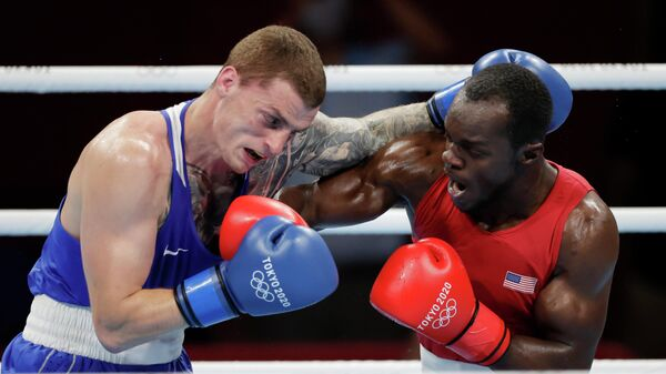 Российский боксер Глеб Бакши (слева) в поединке с Троем Айсли на Олимпиаде в Токио