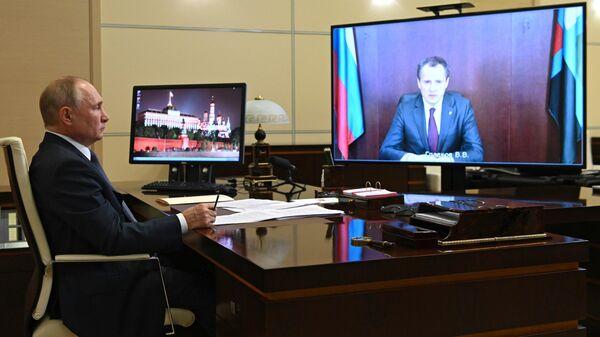Президент РФ Владимир Путин во время встречи в режиме видеоконференции с временно исполняющим обязанности губернатора Белгородской области Вячеславом Гладковым