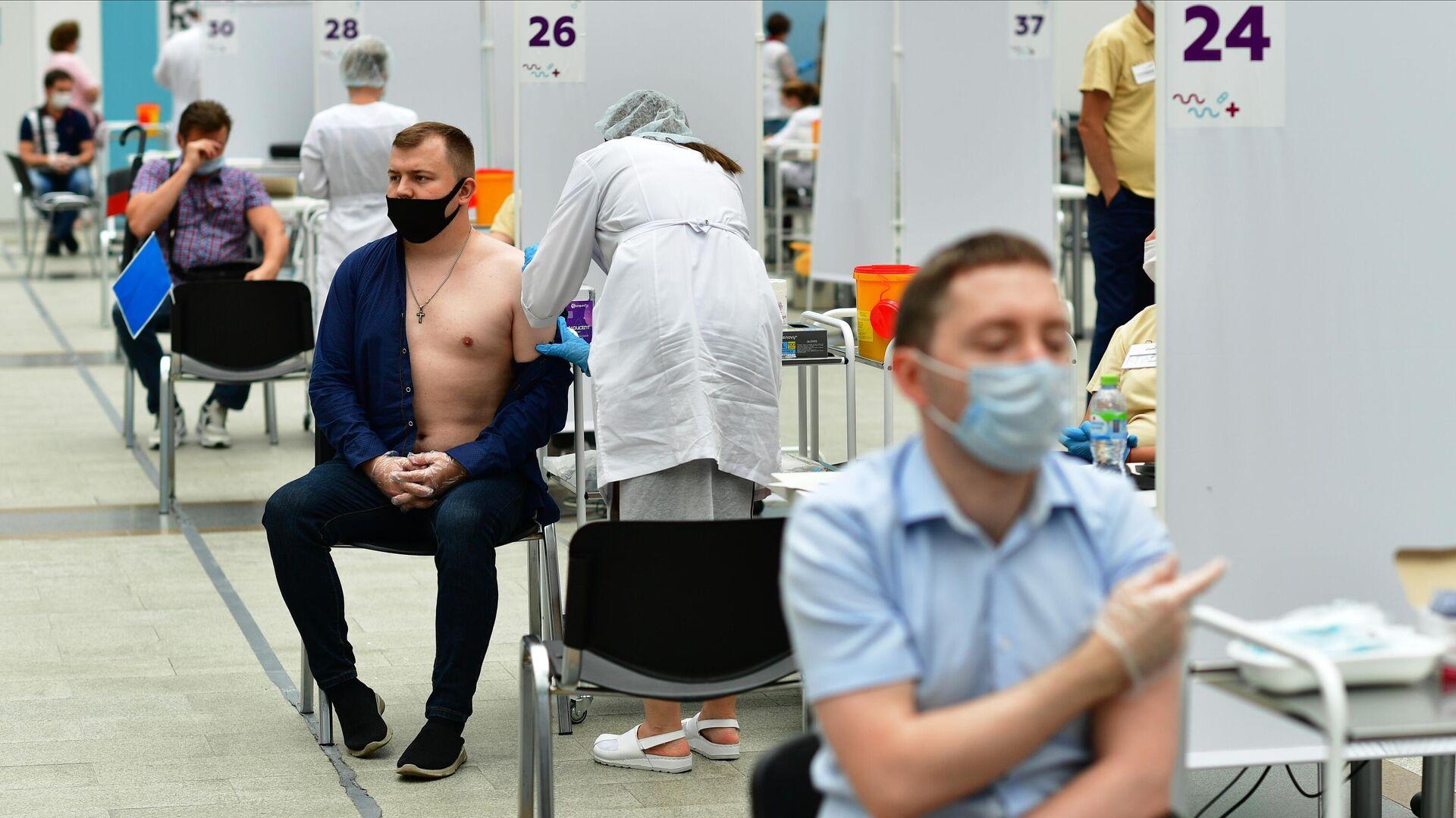 Посетители делают прививки в центре вакцинации от COVID-19 в Гостином дворе в Москве - РИА Новости, 1920, 01.08.2021