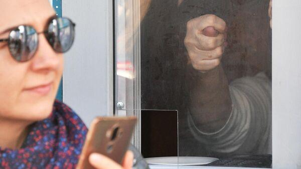 Кукиш в окне