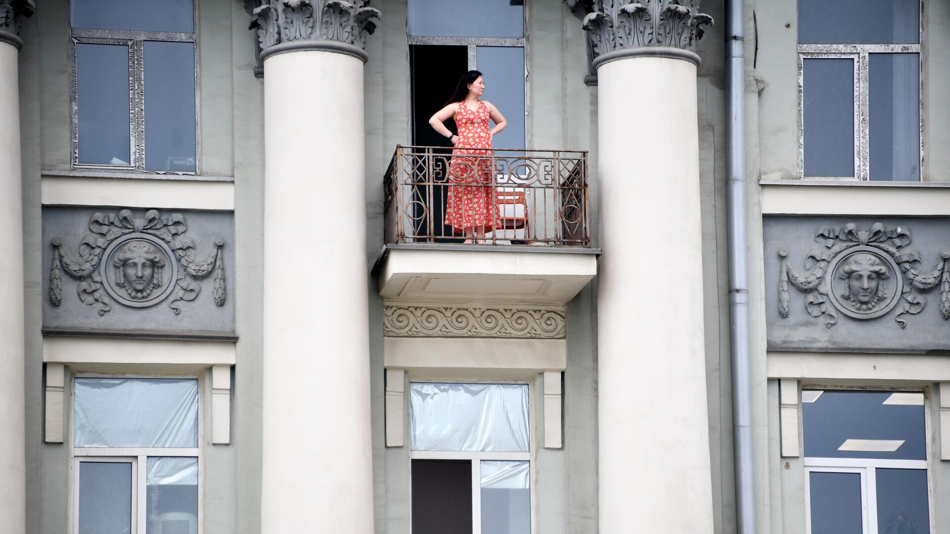 Девушка на балконе жилого дома в Москве - РИА Новости, 1920, 30.07.2021