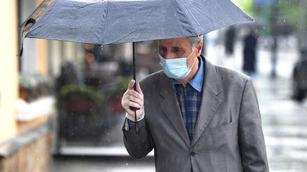 Мужчина в маске на одной из улиц Москвы
