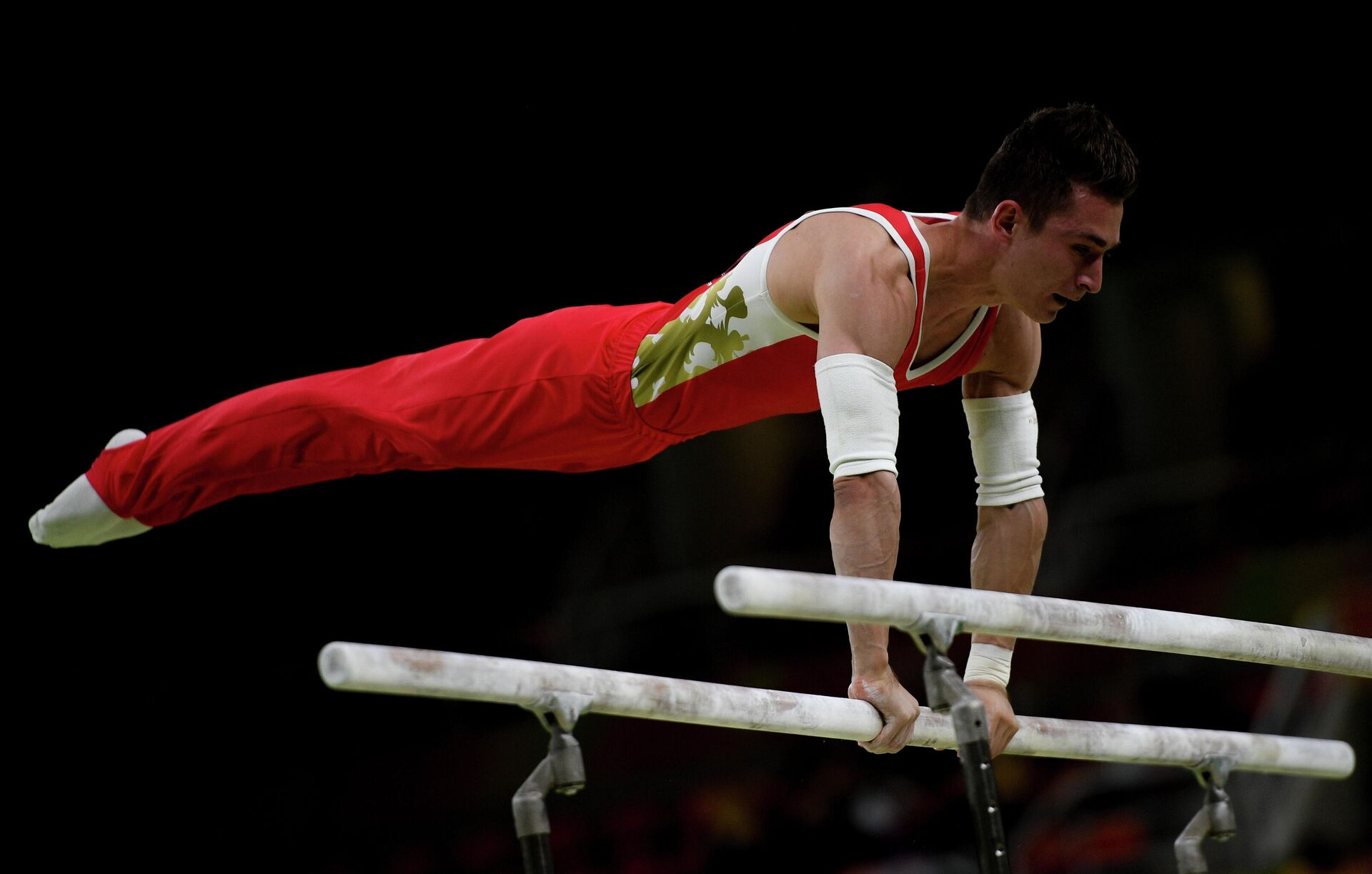 Российский гимнаст Давид Белявский выполняет упражнения на брусьях  - РИА Новости, 1920, 30.07.2021