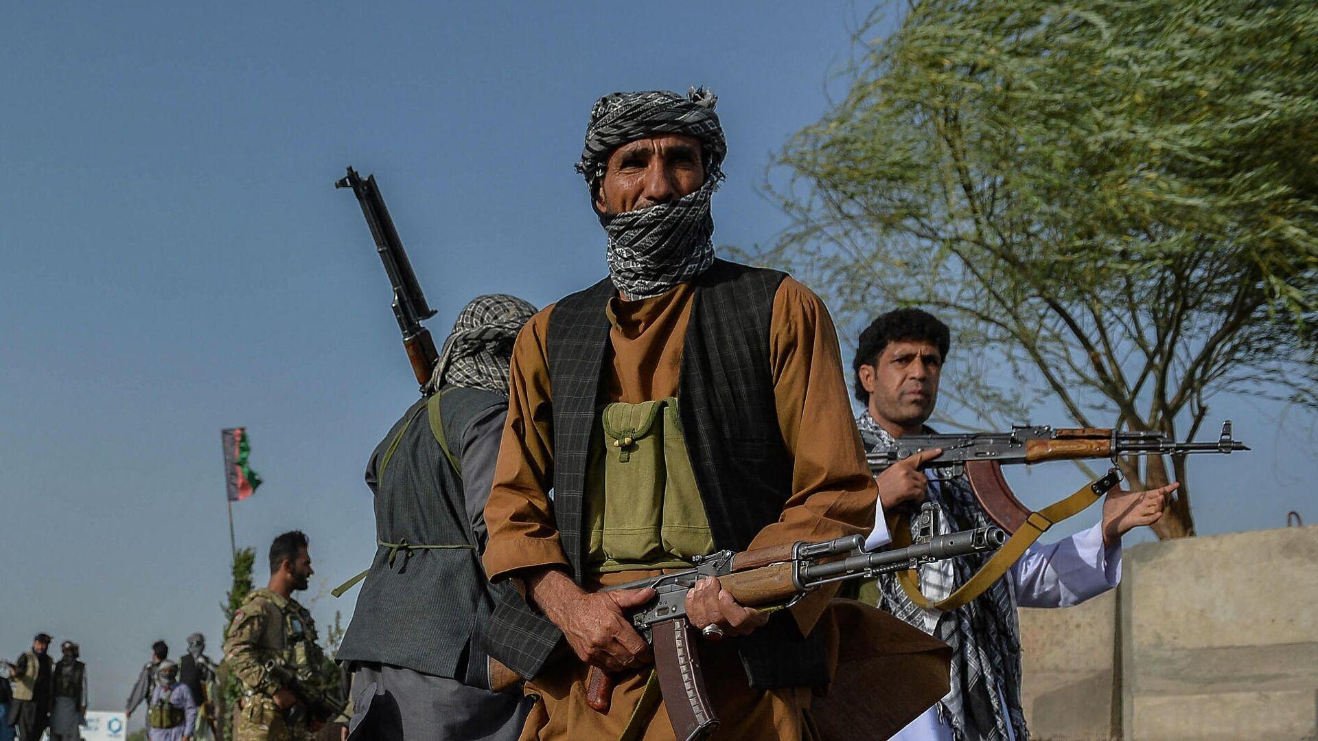 Афганские службы безопасности и афганские ополченцы, сражающиеся против талибов, стоят на страже в районе Энджил провинции Герат - РИА Новости, 1920, 31.07.2021